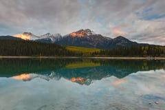 De Berg van Patricia Lake en van de Piramide, Canada Stock Foto's