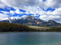 De Berg van Patricia Lake & van de Piramide, Jasper National Park, Alberta, Canada stock afbeeldingen