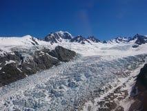 De berg van de de wintersneeuw van de vosgletsjer met berg en duidelijke blauwe hemelachtergrond, Nieuw Zeeland Royalty-vrije Stock Foto's