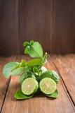 De bergamot met groen doorbladert op houten achtergrond Stock Afbeelding