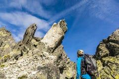 De bergbeklimmercollega nam het beklimmen van de rotsdaling waar Stock Foto's