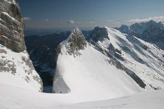 De bergbeklimmers van de winter in Julian Alpen Royalty-vrije Stock Foto's