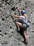 De bergbeklimming van de vrouw Stock Foto's