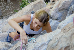 De bergbeklimming van de vrouw Royalty-vrije Stock Afbeeldingen