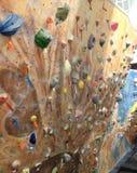 De bergbeklimmingsmuur houdt boulderinfg royalty-vrije stock afbeeldingen