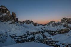 De bergcanion van de nacht naderbij komende winter, Tre Cime, Italië royalty-vrije stock afbeeldingen
