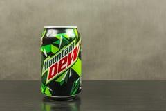 De bergdauw is een sprankelend die frisdrankenmerk door Pepsico wordt veroorzaakt en wordt bezeten stock foto's