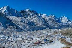 De bergdorp van Nepal op EBC-trekkingsroute stock afbeelding