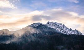 De bergen in de mist Stock Afbeeldingen