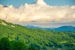 In de bergen is een windlandbouwbedrijf Stock Afbeelding