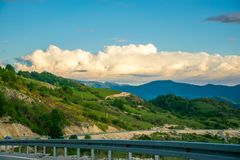 In de bergen is een windlandbouwbedrijf Royalty-vrije Stock Afbeelding