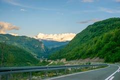 In de bergen is een windlandbouwbedrijf Stock Foto