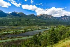 De bergen en de rivier overzien Stock Foto