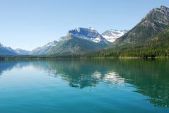 De bergen en het meer van de sneeuw royalty-vrije stock foto's