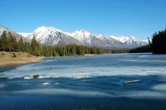 De bergen en het meer van de winter Stock Foto's