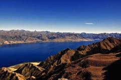 De Bergen en het overzees van Nieuw Zeeland Stock Foto