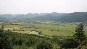 De bergen en het platteland dichtbij Keswick-meerdistrict Cumbria Engeland het UK en Derwent-het water van de Visarend zien uit e stock video