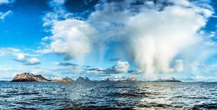 De bergen en overzeese van Nordlandnoorwegen mening Royalty-vrije Stock Foto's