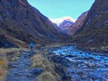 De Bergen en de rivier van Himalayagebergte Stock Foto's