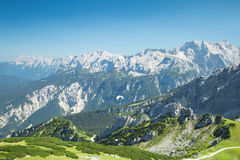 De bergen luchtmening van alpen met glijscherm over Alpien landschap Stock Foto's