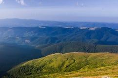 In de bergen met liefde Liefde van toerisme stock foto