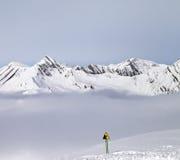 De bergen in mist en waarschuwing zingen op skihelling Royalty-vrije Stock Afbeelding