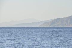 De bergen op de kust van het Rode Overzees Stock Afbeeldingen