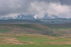 De bergen pletten wolkenwolken Groene Heuvels Licht onduidelijk beeld in agent om motie te tonen stock foto