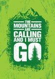 De bergen roepen en ik moet gaan Het openluchtcitaat van de Avonturen Inspirerende Motivatie Vectortypografiebanner Stock Foto's