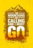 De bergen roepen en ik moet gaan Het openluchtcitaat van de Avonturen Inspirerende Motivatie Vectortypografiebanner Royalty-vrije Stock Afbeeldingen