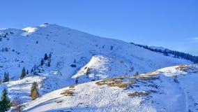 De bergen van alpen in sneeuw, in Oostenrijk worden behandeld dat royalty-vrije stock foto