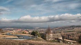 De Bergen van Bieszczady Wolken die zich snel op de hemel bewegen Volledige HD-tijdtijdspanne stock footage