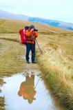 De bergen van de fotograaf, van de peddel en van de herfst stock fotografie