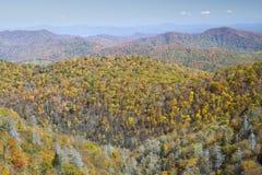 De Bergen van de herfst, het Blauwe Brede rijweg met mooi aangelegd landschap van de Rand Stock Afbeelding