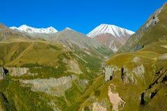 De bergen van de Kaukasus in de zomermening van Gudauri, Georgië stock fotografie