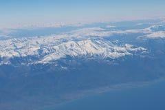 De bergen van de Kaukasus en Kaspische overzees Mening van het vliegtuig Royalty-vrije Stock Fotografie