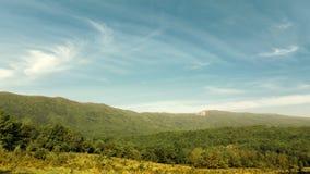 De bergen van de Markotkh-rand tegen de hemel Gelendzhik, de Noord-Kaukasus, Rusland Royalty-vrije Stock Foto's