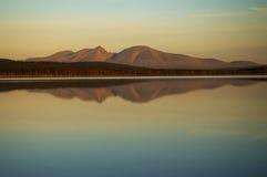 De bergen van de spiegel in meer Royalty-vrije Stock Fotografie