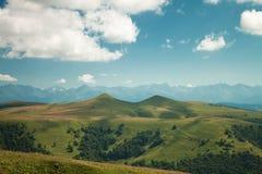 De bergen van de zomer en blauwe hemel Stock Afbeelding