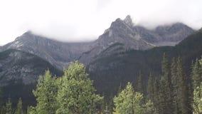 De bergen van het Kananaskisland in wolken worden gehuld die stock footage