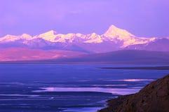 De Bergen van het meer en van de Sneeuw in Tibet stock foto