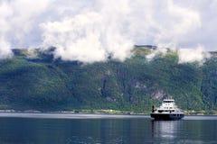De bergen van het noorden met veerboot Stock Foto's