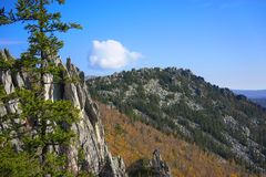 De bergen van het Zuidelijke Oeralgebergte Rusland stock afbeelding