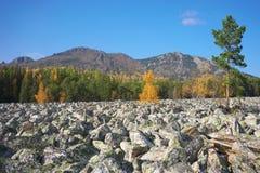 De bergen van het Zuidelijke Oeralgebergte Rusland royalty-vrije stock afbeeldingen