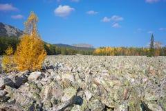 De bergen van het Zuidelijke Oeralgebergte Rusland stock foto