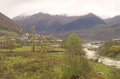 De bergen van de Kaukasus dichtbij Zhabeshi-dorp stock foto's