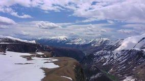 De bergen van de Kaukasus Bergen die met sneeuw worden behandeld stock videobeelden