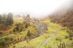 De bergen van de Kaukasus en wandelingsweg in de herfst stock afbeelding