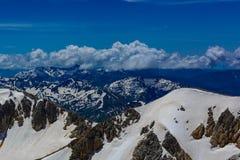 De Bergen van de Kaukasus zijn een bergsysteem in West-Azië tussen de Zwarte Zee en het Kaspische Overzees in het gebied van de K Stock Afbeelding