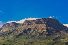 De Bergen van de Kaukasus zijn een bergsysteem in West-Azië tussen de Zwarte Zee en het Kaspische Overzees in het gebied van de K Stock Foto's